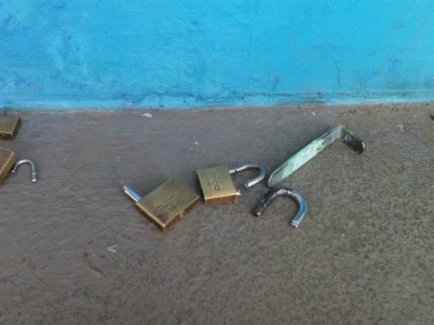 Para entrar em um dos salões, criminosos cortaram cadeado (Foto: Tribuna Popular/Reprodução)
