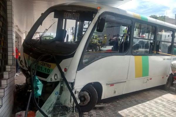 Micro-ônibus atropelou e matou um pedestre