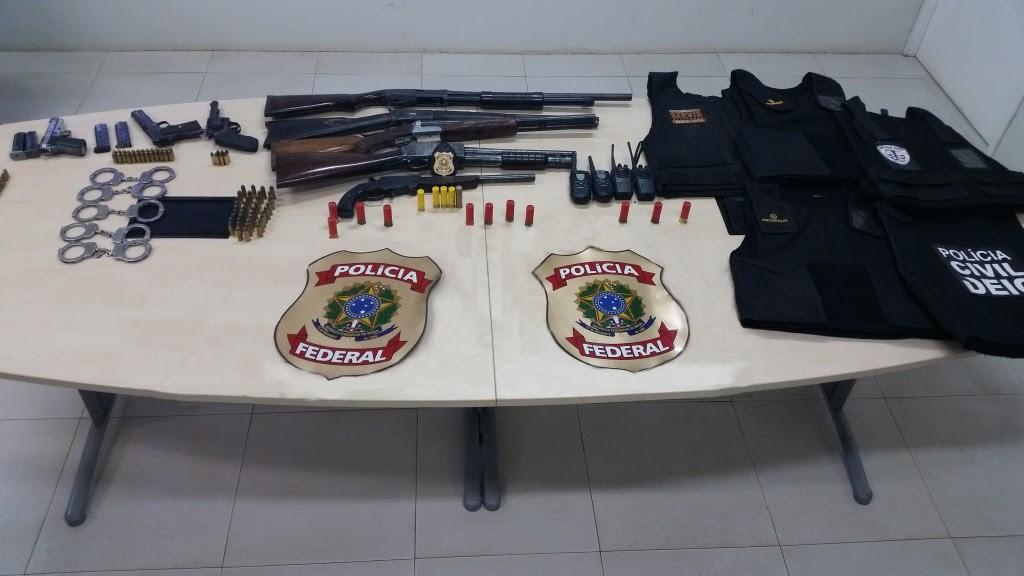 Agentes da PF prenderam armamento de assaltantes.