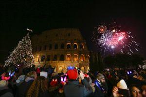 Celebración de la Nochevieja junto al Coliseo de Roma.