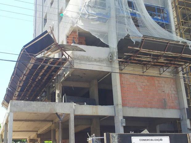 Seis pessoas ficaram feridas após queda (Foto: Nina Barbosa / TV Tribuna)