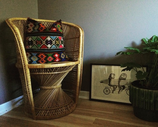 @doug_fritock Peacock chairs seem quite common here in the Midwest, but I hadn't come across a nice diminutive one like this before. So versatile, I had to bring it home from @savers_thrift last night. The art print is from @urbanoutfitters. #thrifting #vintage #thriftscorethursday