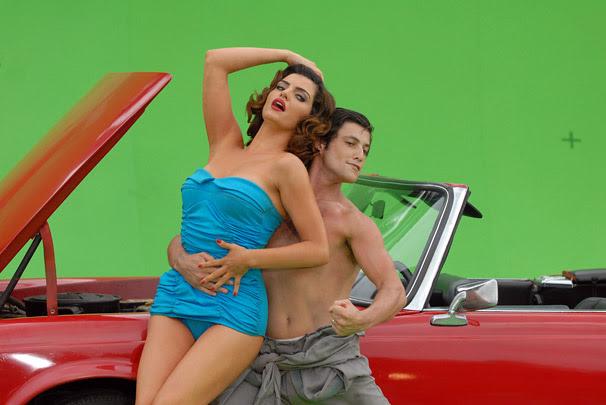 Armandinho (Alexandre Slaviero) posa como modelo com Desirée (Mayana Neiva)