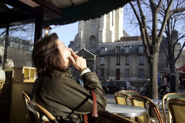 perierga.gr - Παρίσι: Πρόστιμο 68 ευρώ σε όσους πετούν τα αποτσίγαρά τους στον δρόμο!