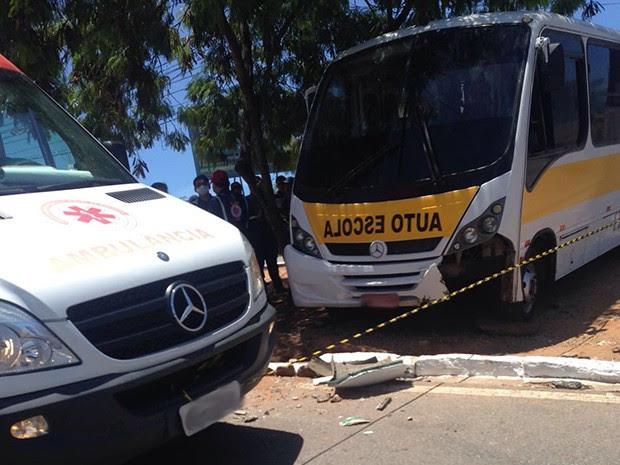 Ônibus de autoescola desgovernado atingiu homem que estava no canteiro (Foto: Divulgação/ PM)