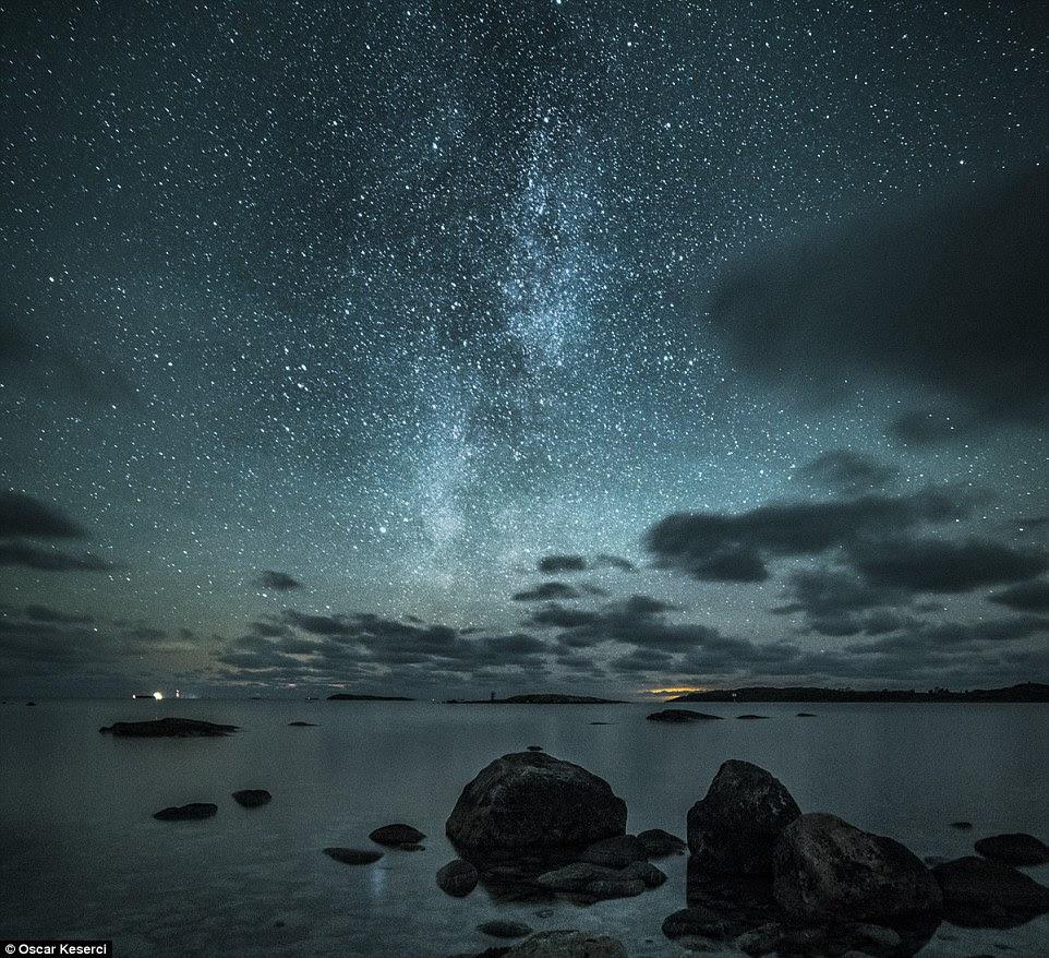 """Ele acrescentou: """"Através das minhas fotos eu tento dar inspiração a outros fotógrafos e também mostrar momentos da noite que a maioria das pessoas nunca testemunharam.""""  Acima é um tiro costeiro sonhador de Jurmo, Finlandia"""