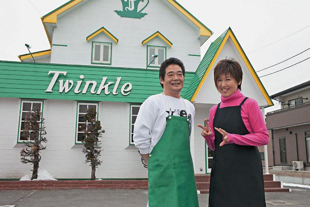 COM CHEIRO DE NOVO O casal Fujiwara decidiu reabrir seu pequeno restaurante a 800 metros do porto. Eles estão entre os poucos que já conseguiram retomar seu negócio (Foto: Hitoshi Katanoda)