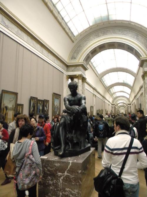 paris louvre müzesi koridorları kendin dik
