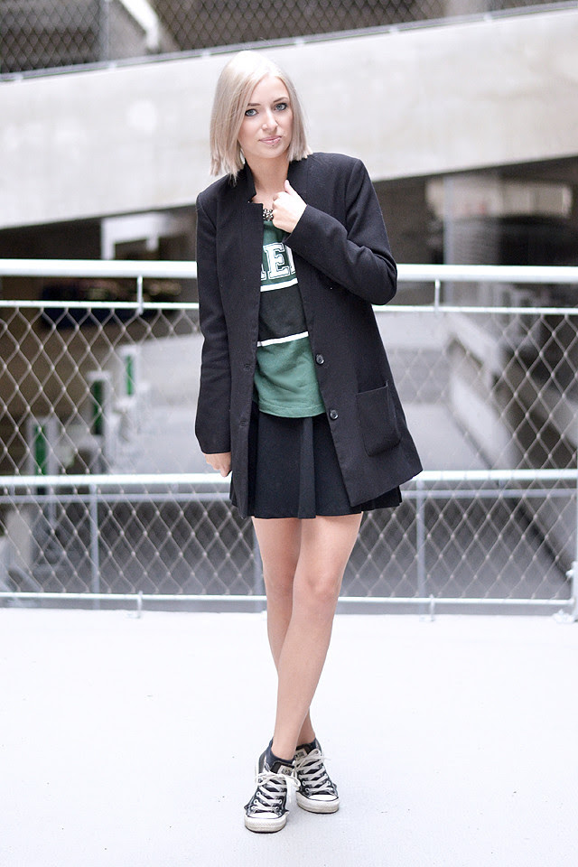 Fashion blogger, skater skirt, varsity style, gina tricot, h&m, converse all star chuck taylor black, h&m divided pleated skirt, boyfriend blazer, outfit shoot, parking, belgium, black and green, inspiration, streetstyle, statement necklace, h&m trend
