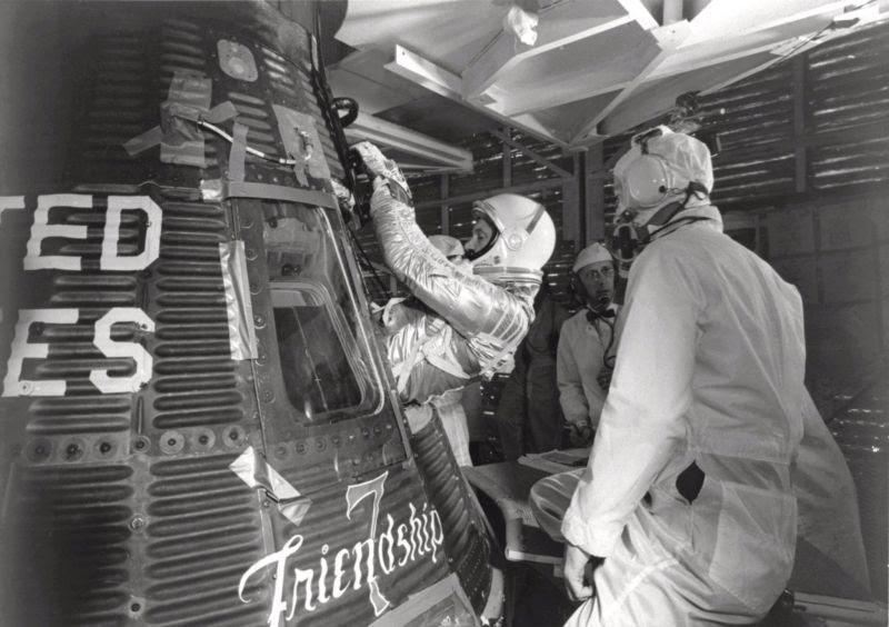Feb20-1962-glenn-capsule-entry-800px