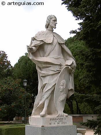Estatua barroca idealizada de Fernando III El Santo situada en los Jardines de Sabatini de Madrid