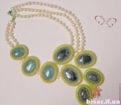 Prodotti provenienti da perline con le mani, una collana di perle di classe maestro, intrecciati con perline masterclass