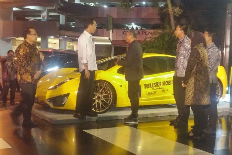 Dahlan Iskan Pamerkan mobil listrik Selo kepada Jokowi