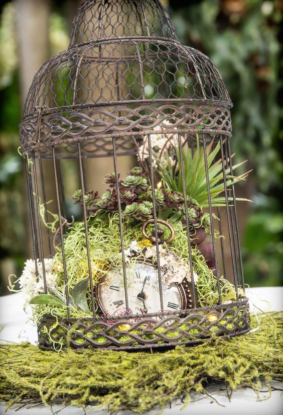 vintage Korb mit Moos, Sukkulenten und eine vintage-Taschenuhr innen für eine steampunk-Hochzeit