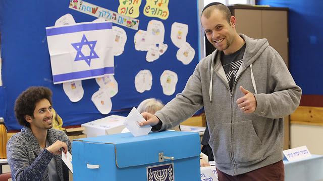 A ballot and a grin in Jerusalem (Photo: Gil Yohanan)