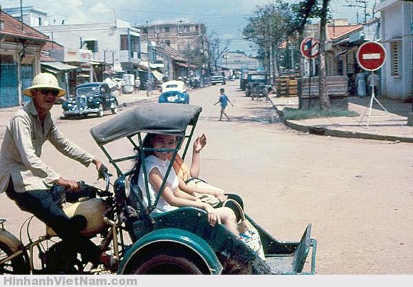 Xích-lô máy là một phương tiện di chuyễn nhanh chóng và mát mẽ dưới nắng Sài Gòn