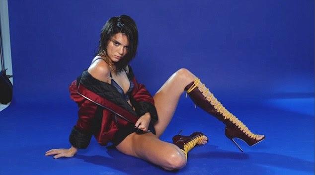 Levantamento-lo: Olhando para a câmera com um olhar penetrante, a manter-se com Kardashians estrela exibiu seu talento de modelagem para o máximo absoluto