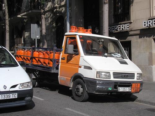 Furgó Iveco de repartiment de butà al carrer Balmes de Barcelona