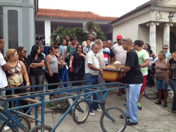 Familiares levam caixão de dançarina de funk em cemitério (Foto: Mariucha Machado / G1)