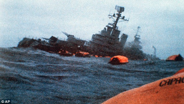 Invasion: O argentino cruzador General Belgrano afunda após ser atingido por um torpedo como sua tripulação leva para botes salva-vidas no Oceano Atlântico Sul durante a Guerra das Malvinas em 1982