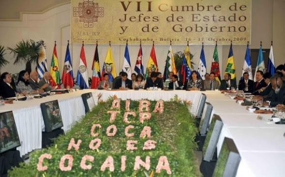 El presidente boliviano, Evo Morales (C), encabeza la VII Cumbre de la Alianza Bolivariana para los pueblos de Nuestra América (ALBA),junto con los jefes de Estado y representantes de numerosos países de América Latina, en Cochabamba, Bolivia, el 16 de octubre 2009. La cumbre esta destinada a fortalecer los lazos comerciales entre sus miembros, así como analizar la situación en Honduras y el uso de bases militares en Colombia por los EE.UU. AIN FOTO/AFP