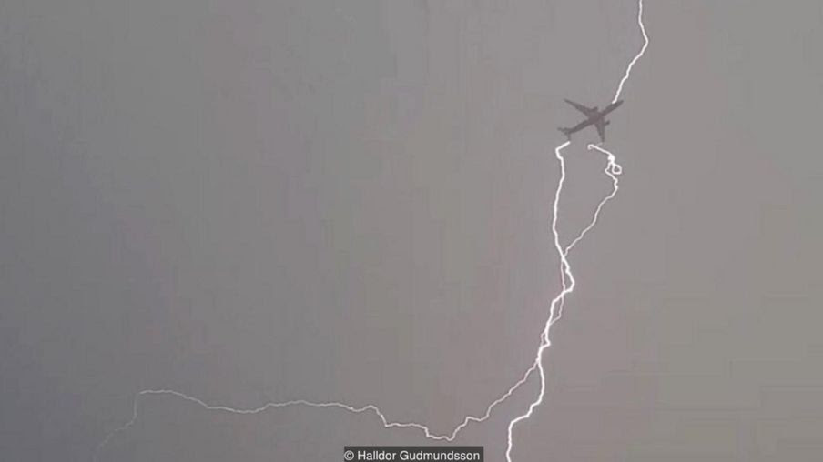 Halldor Gudmundsson / Airplane got lightning strikes