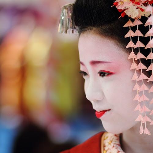 Japan : Maiko (apprentice geisha) by momoyama