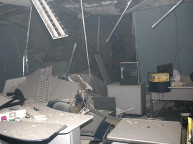 Com a explosão, agência bancária em Caraúbas ficou parcialmente destruída (Foto: Icém Caraúbas)