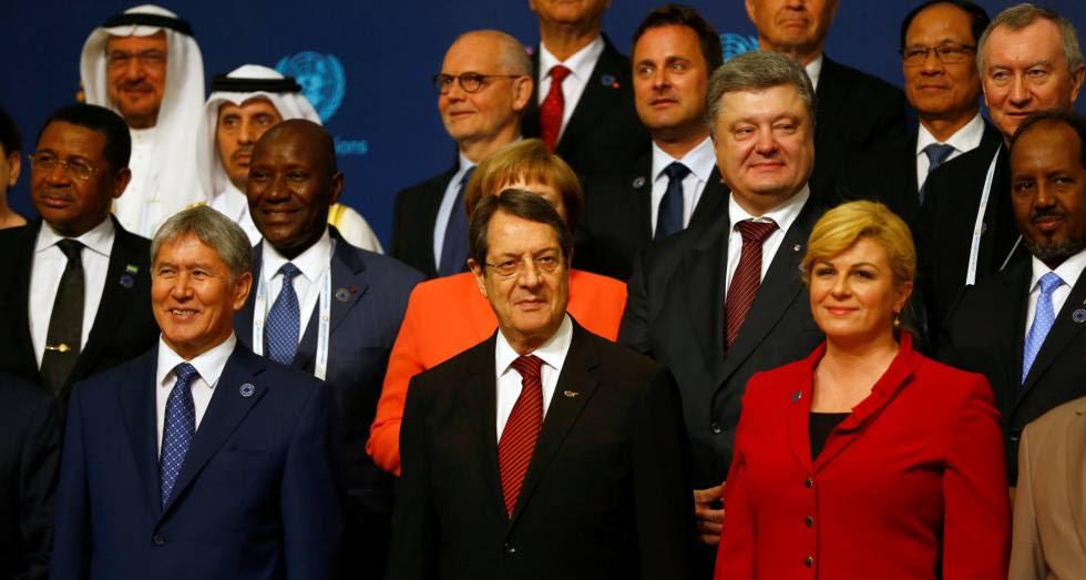 Foto de familia de la Cumbre Humanitaria Mundial en Estambul, con poca presencia femenina.