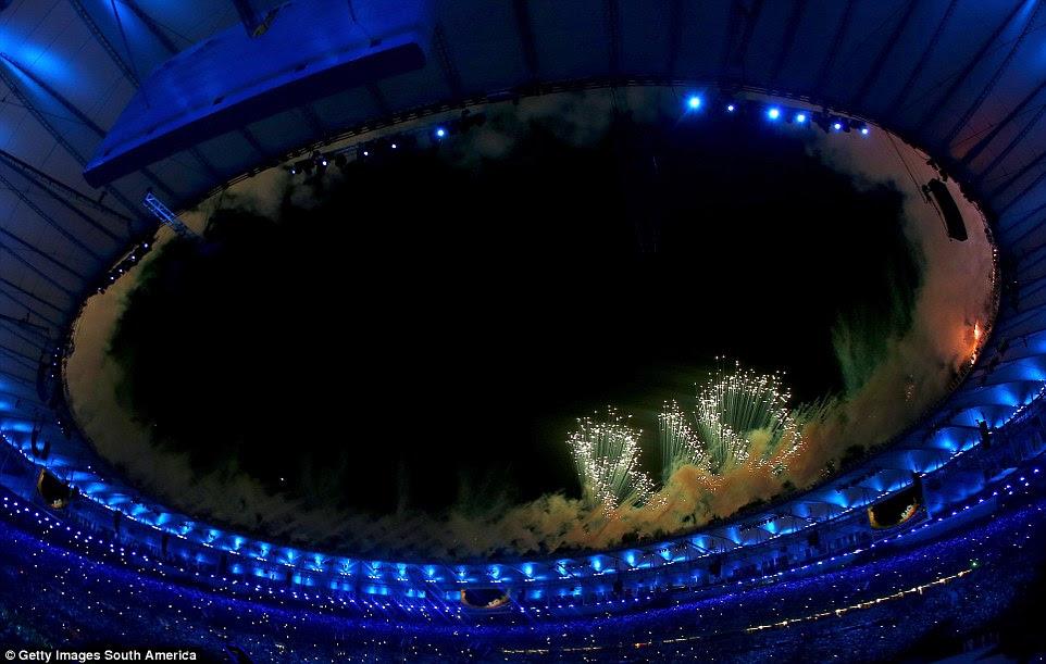 Uma enorme queima de fogos, soletrando o nome da cidade 'Rio' em luzes começaram a Cerimônia de Abertura olímpica