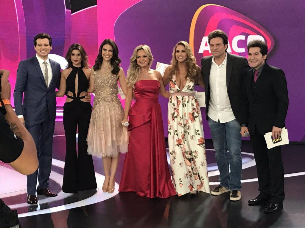 Chris Flores ao lado de outros artistas no Teleton (Foto: Divulgação)