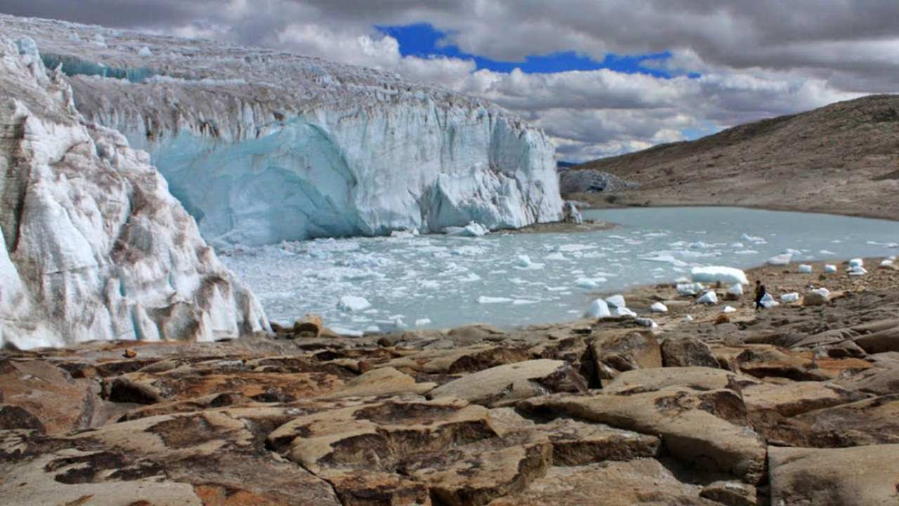 The Quelccaya Glacier in Peru, which has major social and economic value, is disappearing along with other tropical glaciers. Edubucher, CC BY-NC-SA