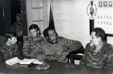 Junto com um comandante angolano e um conselheiro militar soviético durante o conflito em Angola