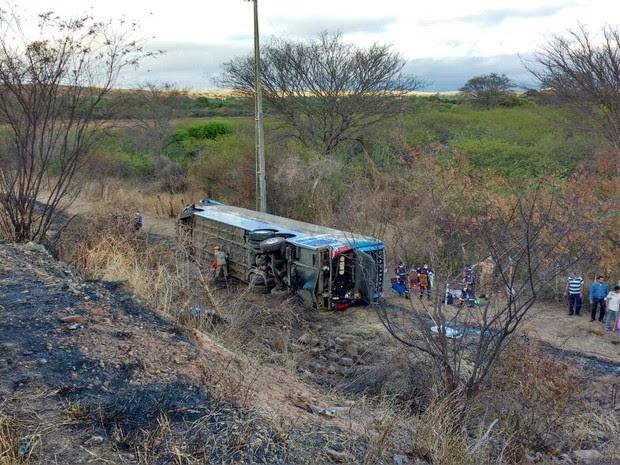 Ônibus caiu em um barranco após a colisão (Foto: Reprodução TV Verdes Mares)