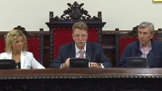 Ple extraordinari en què Tortosa ha retirat el títol d'alcalde perpetu a Franco
