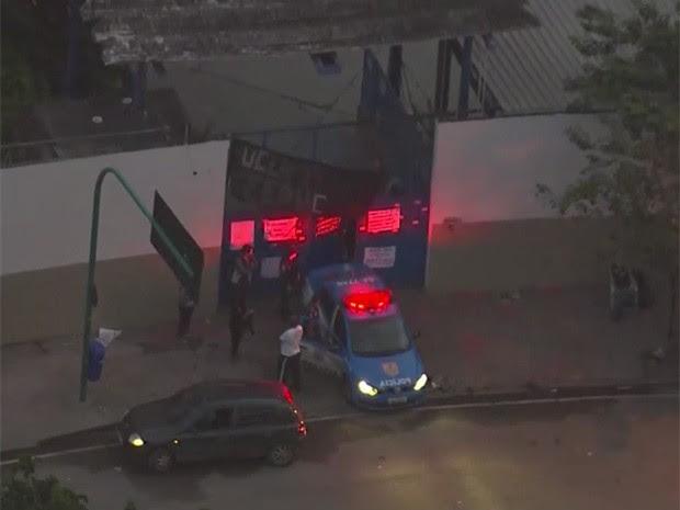 Carros da PM fazem segurança na porta da Secretaria de Educação do RJ (Foto: Reprodução/TV Globo)