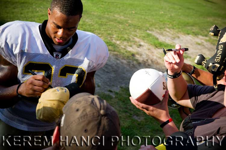 New Orleans Saints' running back Pierre Thomas signing Vivienne's hat