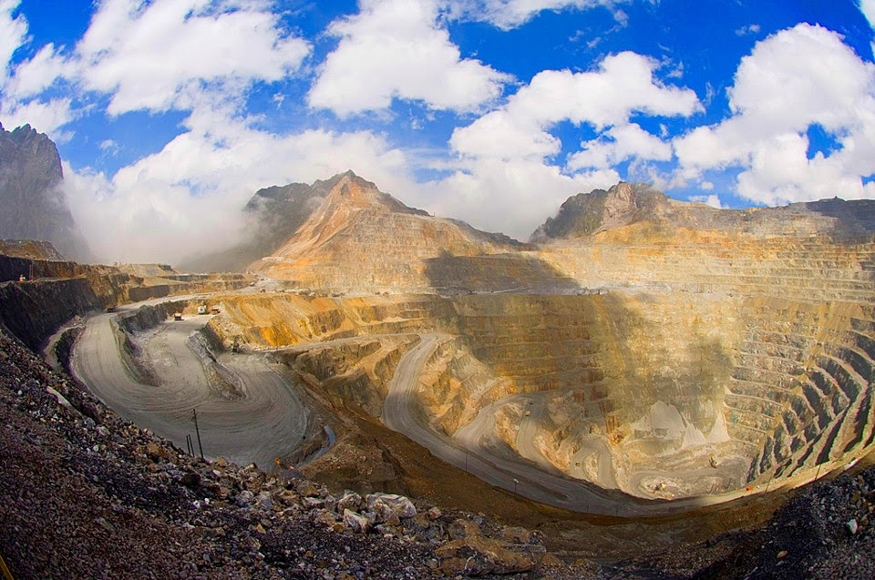 http://grahafauzi.files.wordpress.com/2013/04/freeport-gold-mine-in-west-papua.jpg