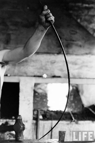 Fábrica de espadas, damasquinado y armaduras de Toledo en 1965. Fotografía de Carlo Bavagnoli. Revista Life (19)