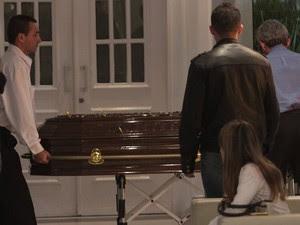 Caixão com o corpo de Champignon é colocado no local do velório  (Foto: AgNews)