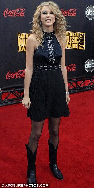Crescendo rápido: Taylor parece que ela está crescendo rápido na nova edição da Vogue, em comparação com sua aparência, há quatro anos