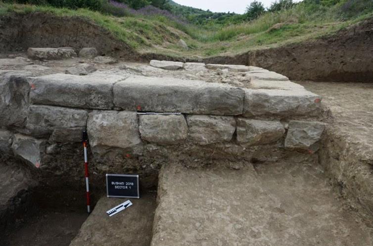Se utilizaron bloques de piedra cortada para construir las sólidas murallas de Basania. (Imagen: M. Lemke/Science in Poland)