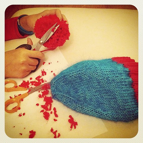 Maty is working on the perfect pompom for her hat:) Maty sta lavorando al pompom perfetto per il suo cappello :)