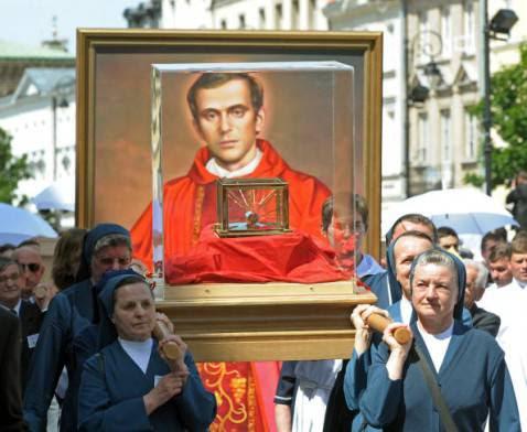 Ritratto e reliquia del beato Jerzy Popieluszko (JANEK SKARZYNSKI/AFP/Getty Images)