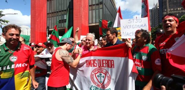 21.dez.2013 - Protesto de torcedores da Portuguesa, contra o rebaixamento decidido pelo Superior Tribunal de Justiça Desportiva (STJD), na região do vão livre do MASP, na avenida Paulista, em São Paulo, na tarde deste sábado (21)