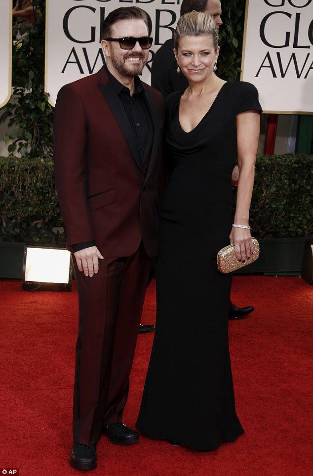 Olhar afiado: Golden Globes anfitrião Ricky Gervais saiu em um terno de sangue vermelho como ele e seu parceiro Jane Fallon passou pelo tapete vermelho