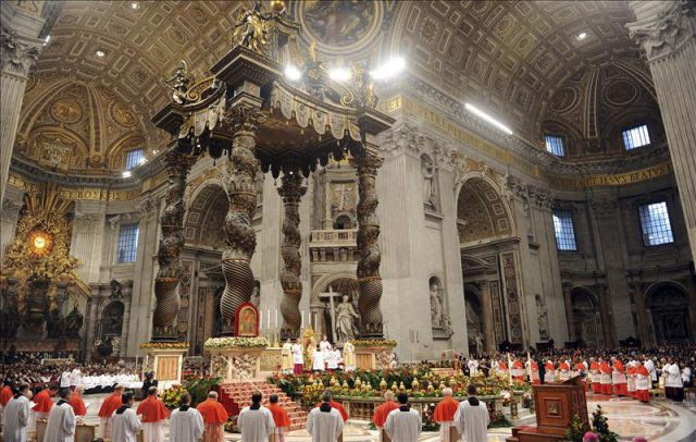 El papa Benedicto XVI duante la celebración del tercer consistorio de su pontificado en la Basílica de San Pedro en Ciudad del Vaticano. EFE/Archivo