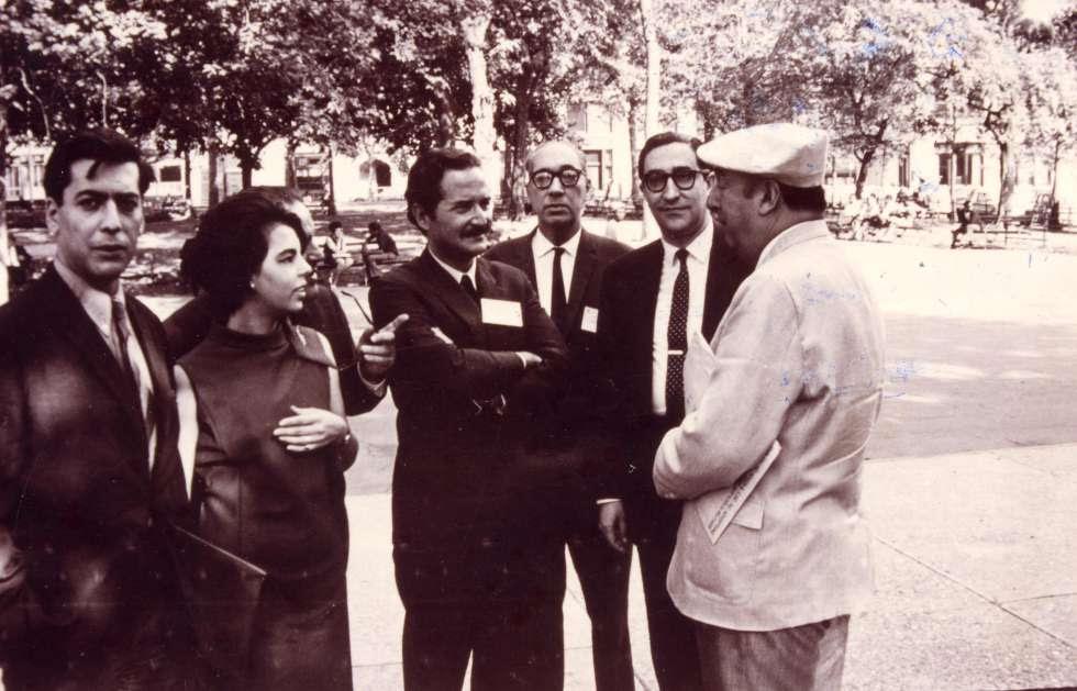 De izquierda a derecha, Mario Vargas Llosa, Patricia Llosa, Mario Benedetti, Juan Carlos Onetti, el crítico Emir Rodríguez y Pablo Neruda.