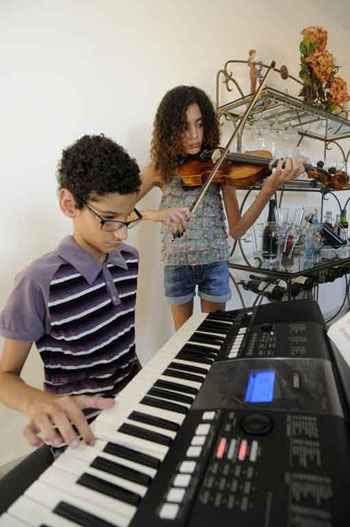 Os gêmeos e aspirantes a músicos João e Ana Vitória: batalha começou depois que instituição em que estudavam encerrou as atividades (Beto Magalhães/EM/D.A Press)
