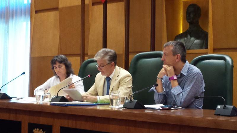 <p>Pedro Santisteve, alcalde de Zaragoza, con los concejales Luisa Broto y Fernando Rivarés, durante un pleno del Ayuntamiento.</p>